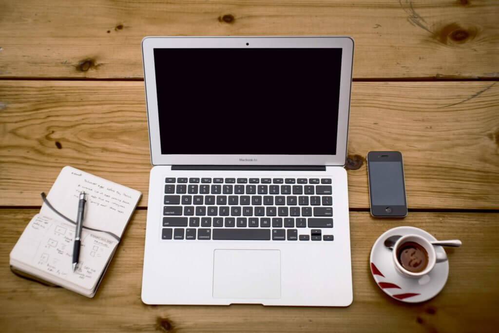 Journalistin schreibt Reportage, Porträt, Webseite